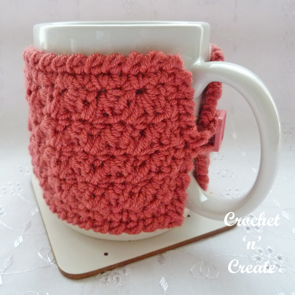 Simple textured mug cozy fastening